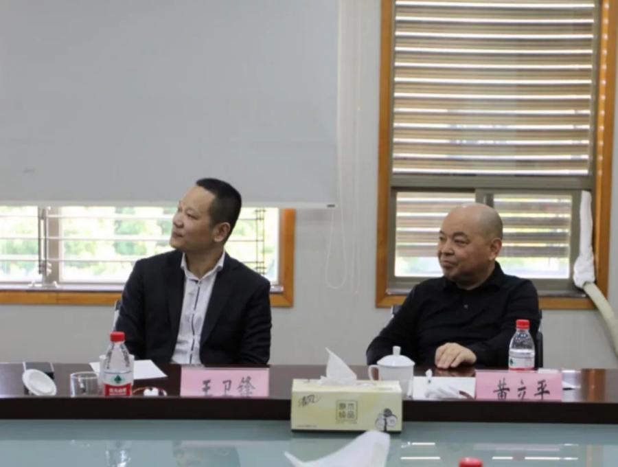 中电光谷董事长、总裁黄立平(右)发表讲话.png